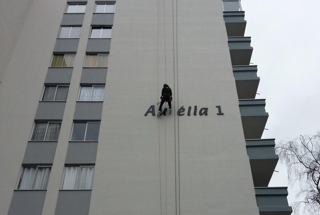 Remplacement enseigne sur façade en hauteur